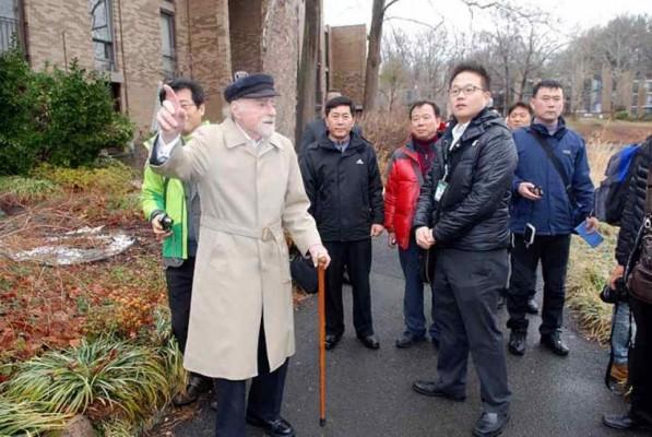 Bob Simon shows around Korean delegation