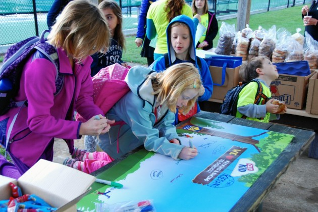 Lake Anne Elementary students sign a banner. (Photo courtesy of Melissa Romano)