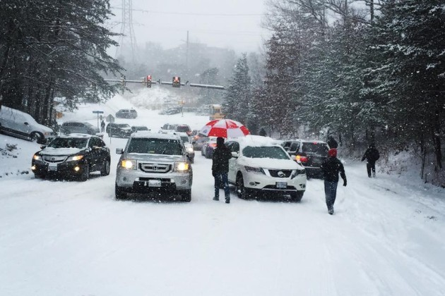 Students try to get to Sunrise Valley ES/Credit: Christy Winters Scott